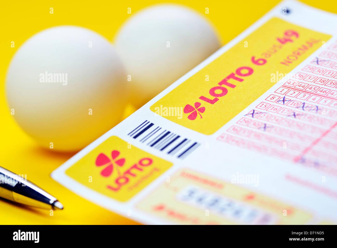 Lotteria coupon e sfere di lotto, ripartizione con il disegno della vincita i numeri della lotteria Immagini Stock