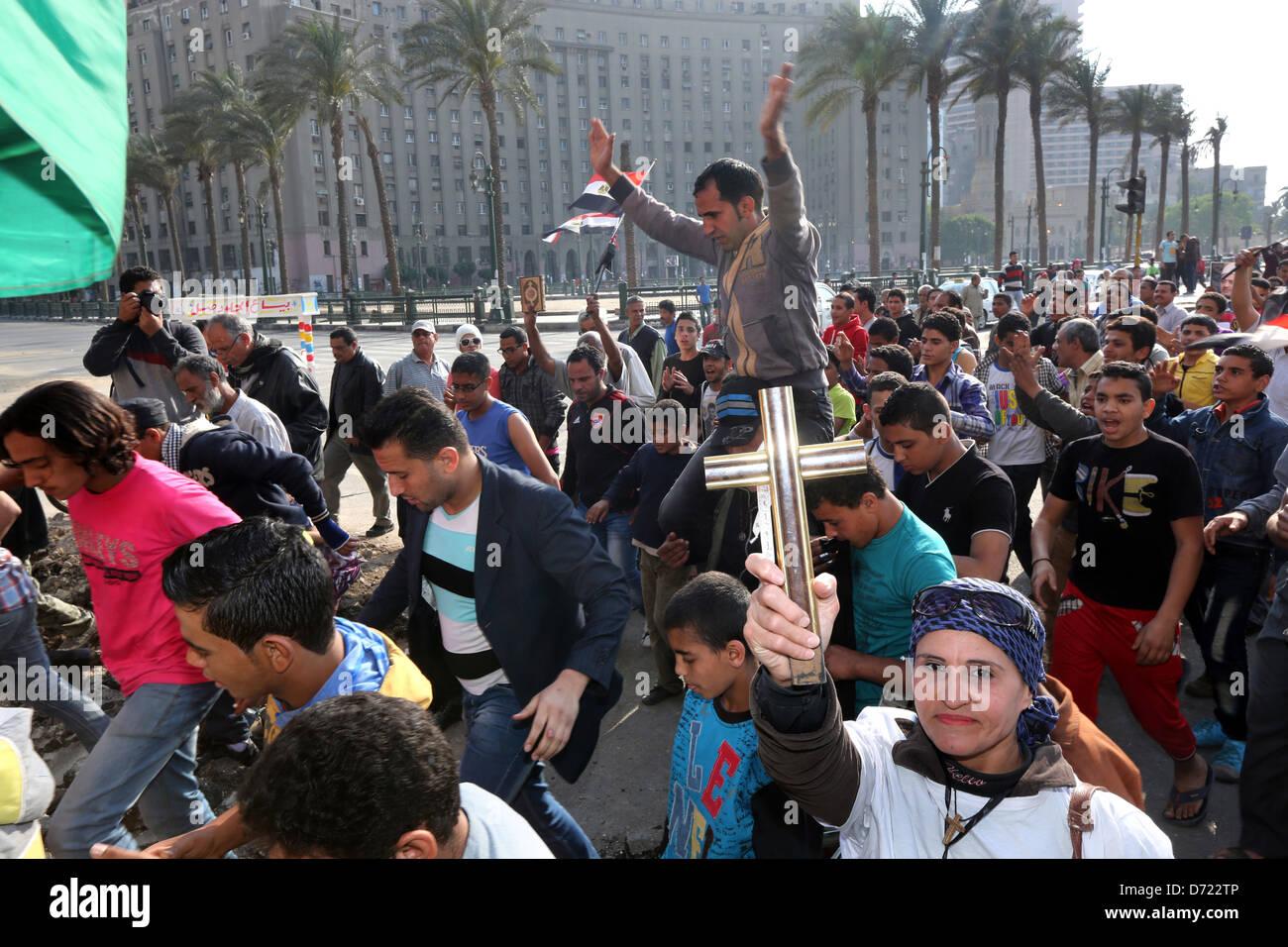 Una donna cristiana contiene una croce di legno durante un tranquillo cristiano-musulmana rally di massa in piazza Immagini Stock