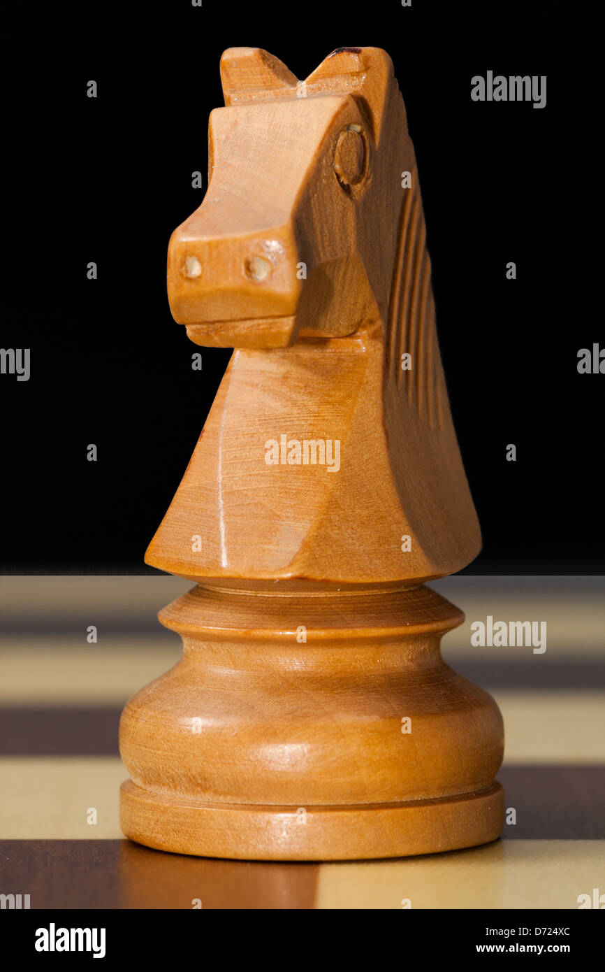 Foto di cavaliere di pezzi di scacchi sulla scacchiera Immagini Stock
