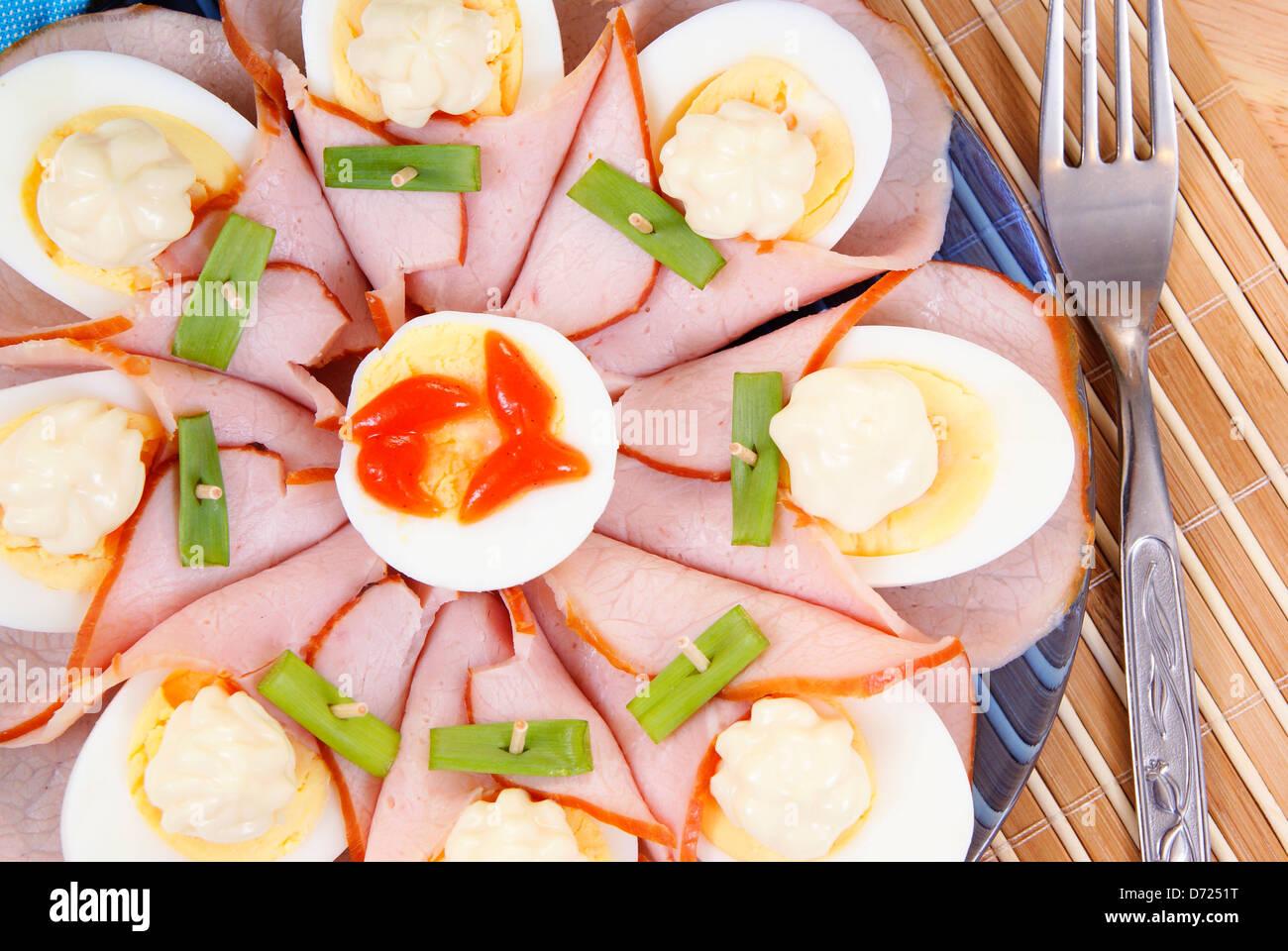 Halfes di uova con prosciutto come sfondo Immagini Stock