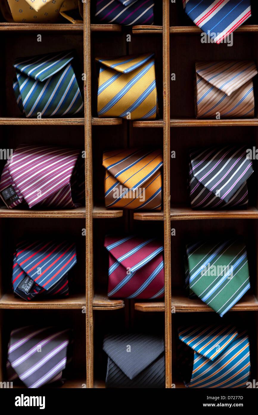 240399d11342ab Visualizzazione delle fascette colorate su una cremagliera nella vetrina di  un negozio, Roma Immagini Stock