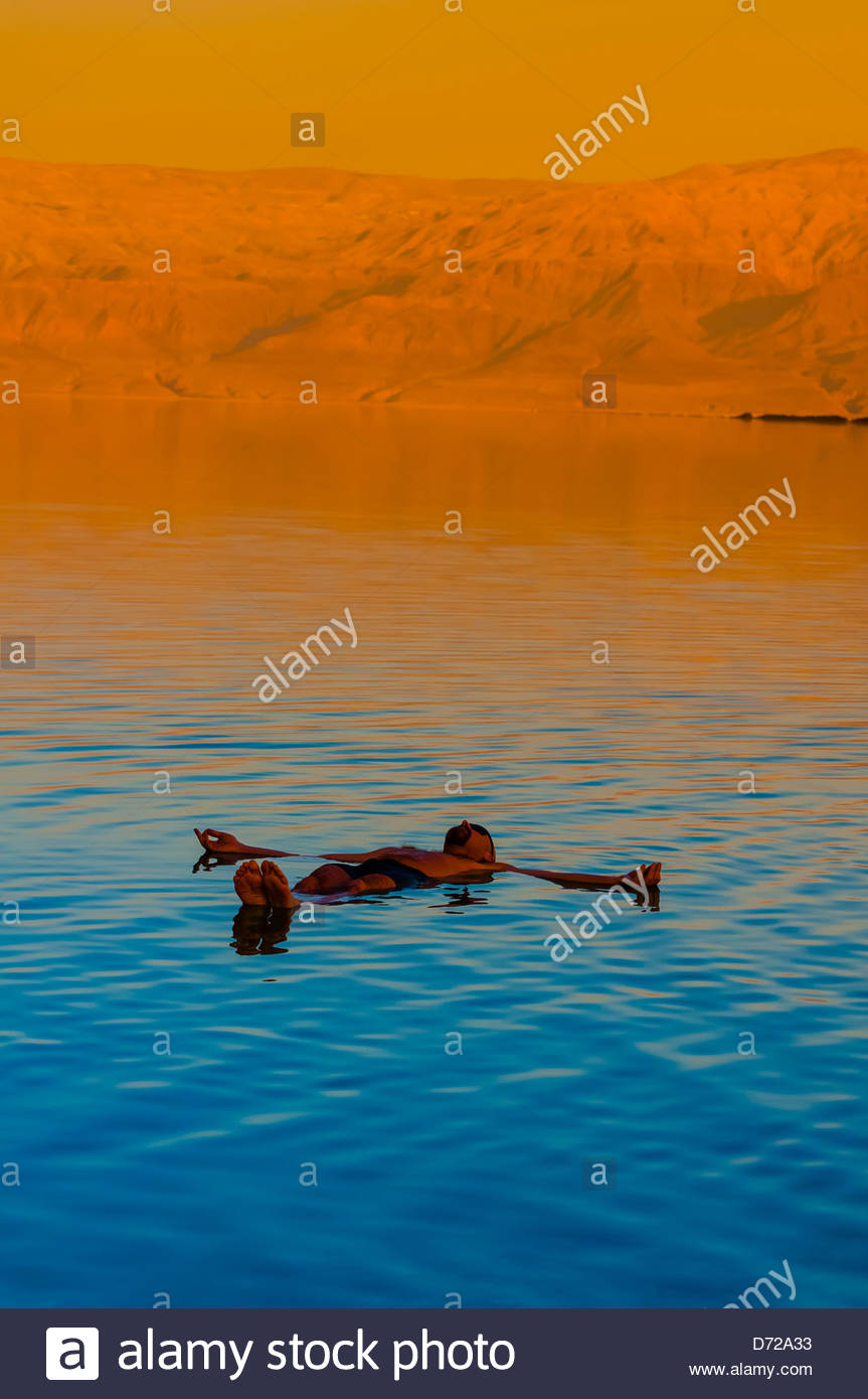 Turisti che si godono le acque del Mar Morto (con la Giordania in background) a Leonardo Plaza Dead Sea Hotel, Israele. Immagini Stock