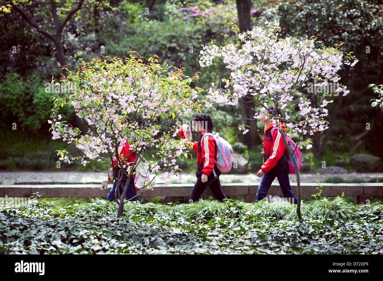 La scuola dei bambini visitando l'Humble Administrator's Garden, Suzhou, Cina Immagini Stock