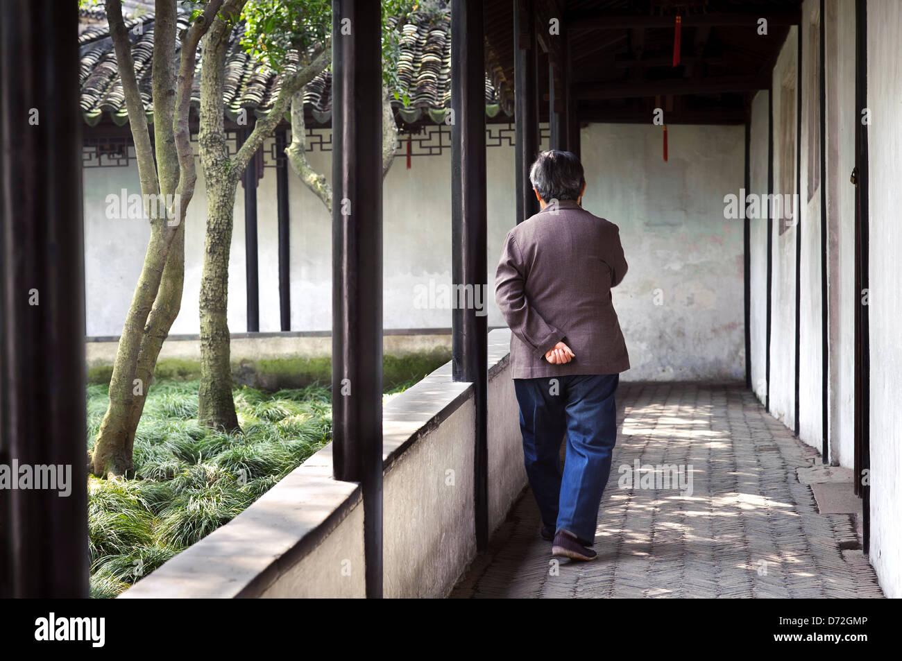 Vecchia donna passeggiando nella umile Administrator's Garden, Suzhou Immagini Stock