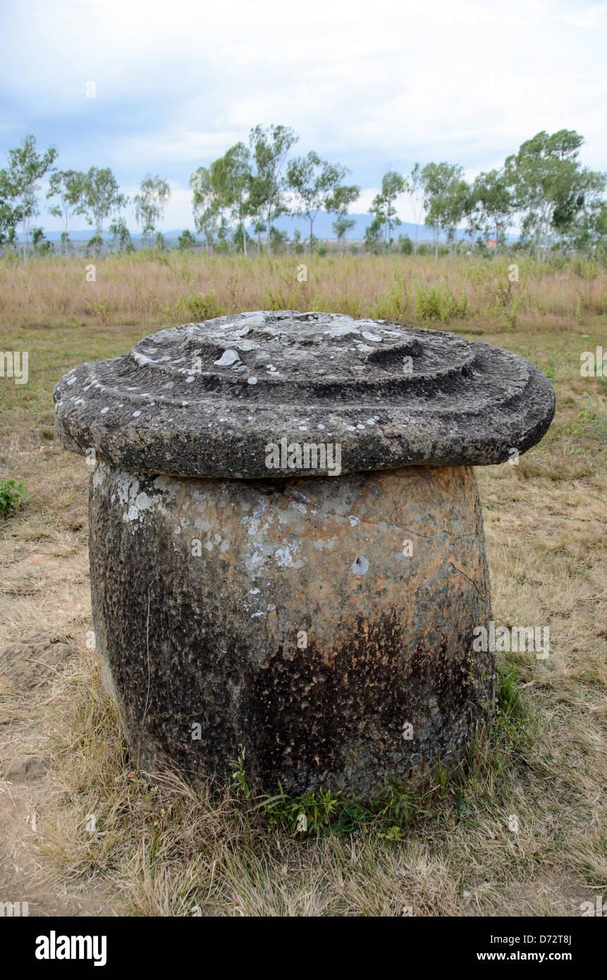 Una giara di pietra con un coperchio per il sito 1 della pianura di vasi nel centro-nord del Laos. Molto resta sconosciuto Foto Stock