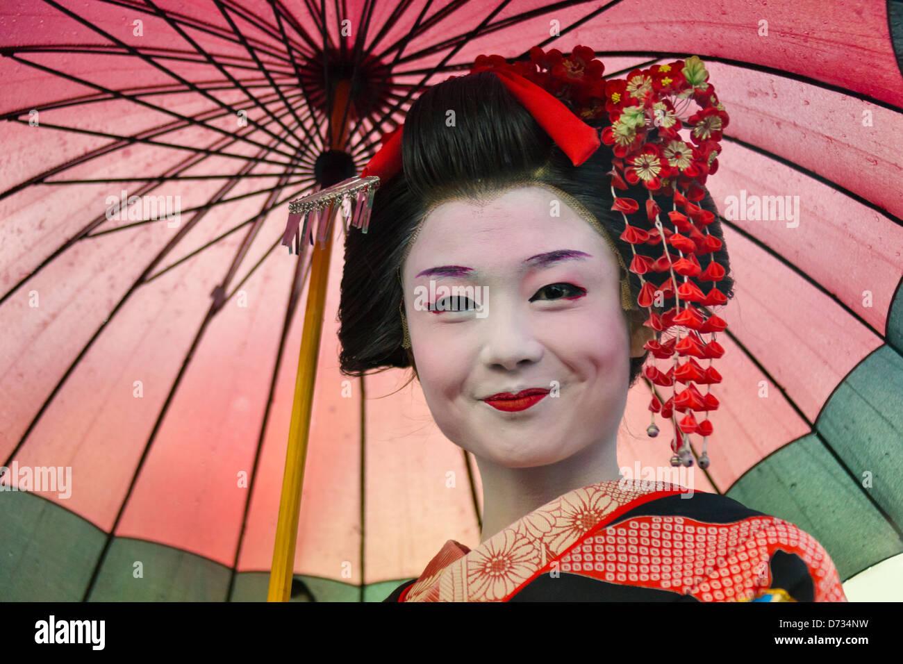 Geisha in kimono con ombrellone, Asakusa, Tokyo, Giappone Immagini Stock
