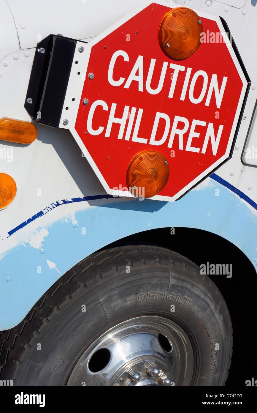 Attenzione bambini, segno su Van, Bus Immagini Stock