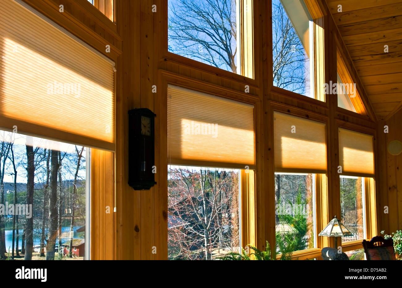 Grandi finestre in una casa che mostra la finestra trattamenti. Immagini Stock