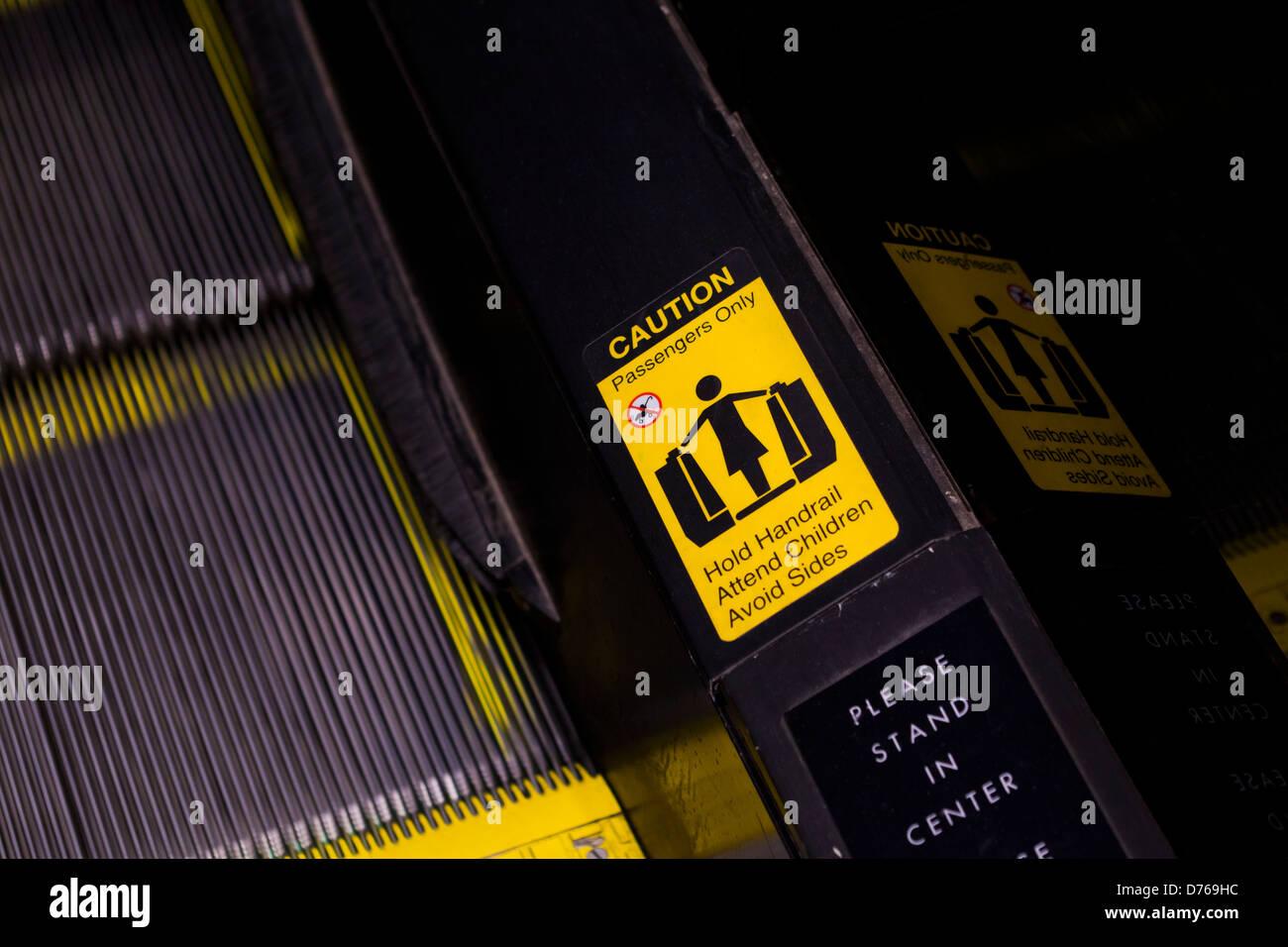 Escalator etichetta di avvertenza Immagini Stock