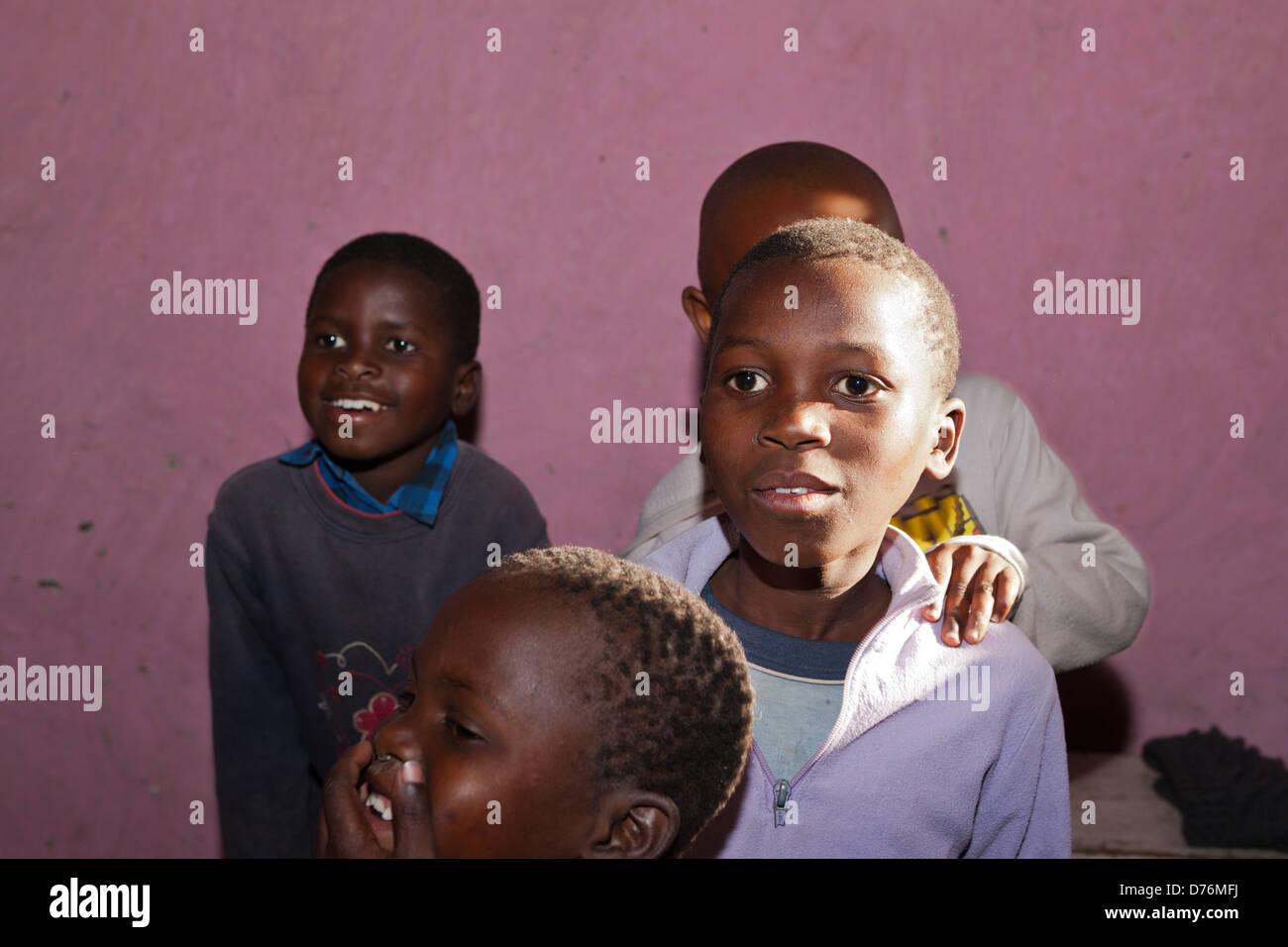 I bambini in Xhosa Village, Costa Selvaggia, cappuccio Orientale, Sud Africa Immagini Stock