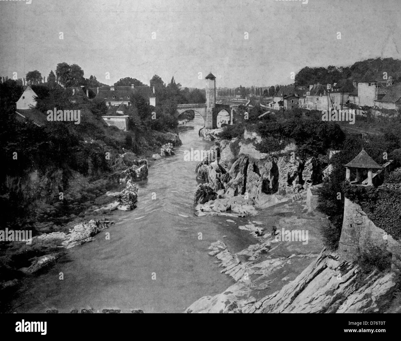 Uno dei primi autotype fotografie di La Gave de Pau River, Orthez, Francia, circa 1880 Immagini Stock