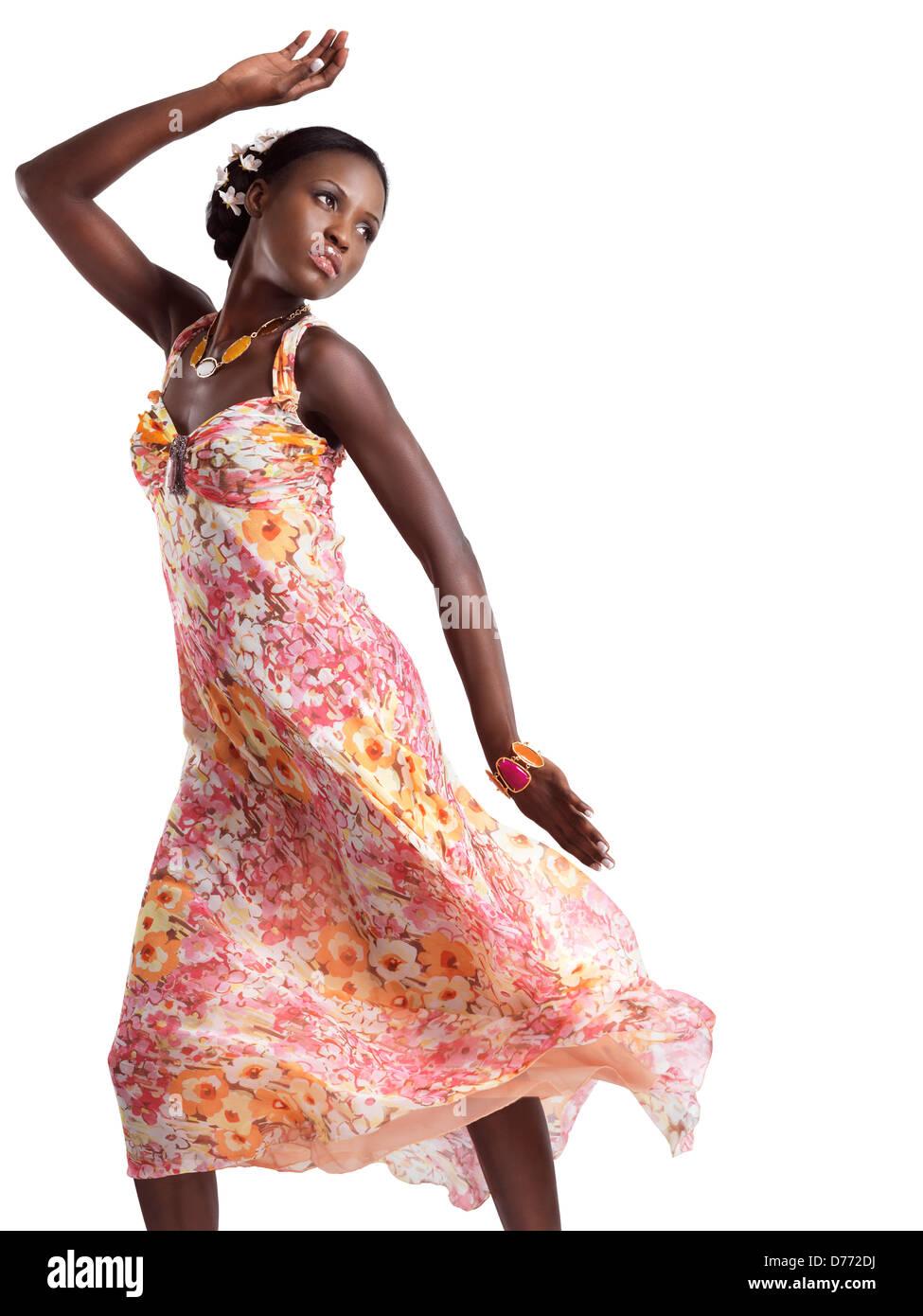 6a294bb8b8d3 Bella giovane donna nera in ballo un floreale rosa abiti estivi isolati su sfondo  bianco Immagini