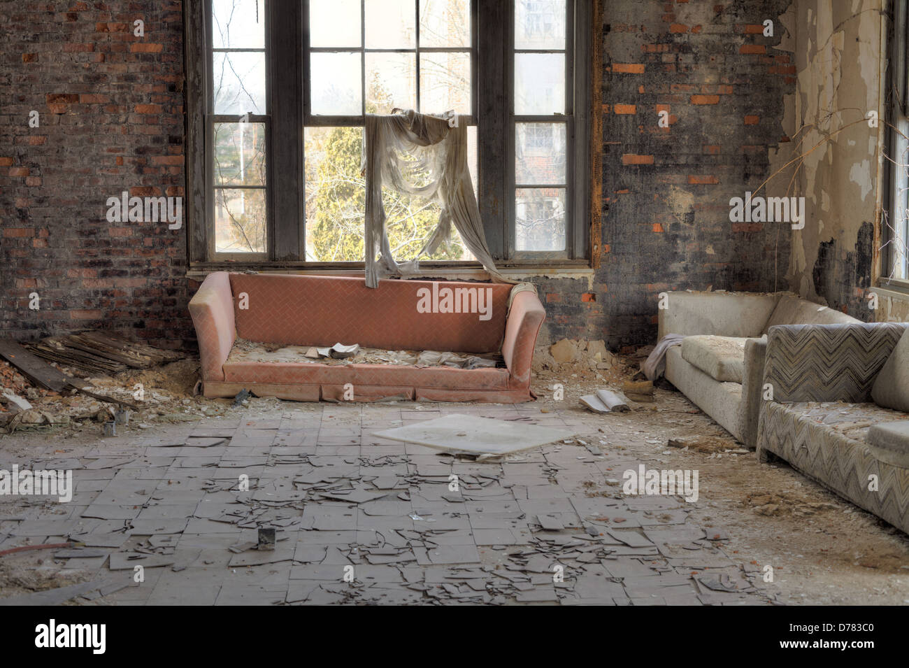 Urbex casa abbandonata interno con incrinato piastrelle di amianto