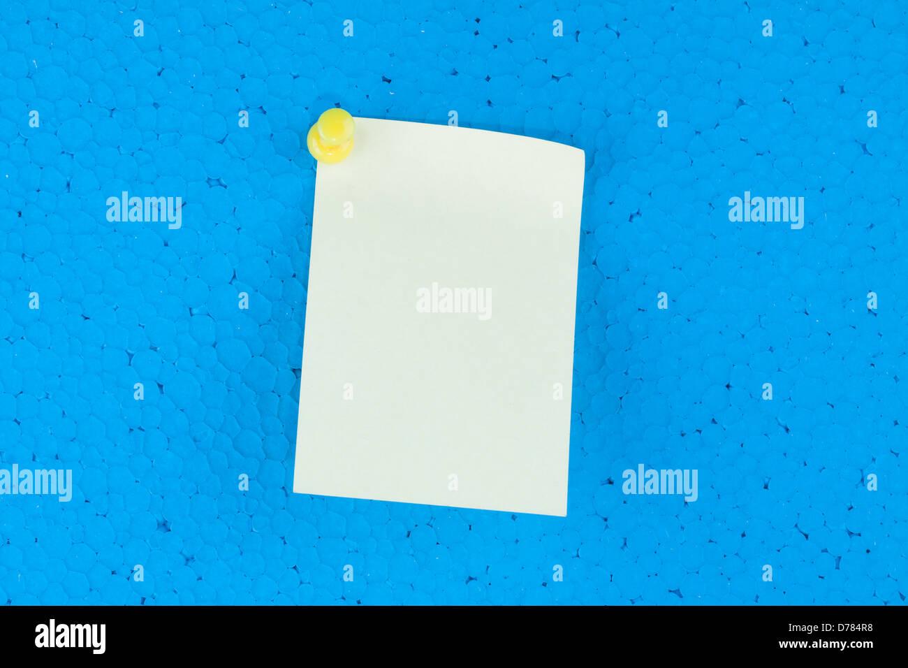 Bigliettino giallo con sfondo blu e lo spazio per il testo Immagini Stock