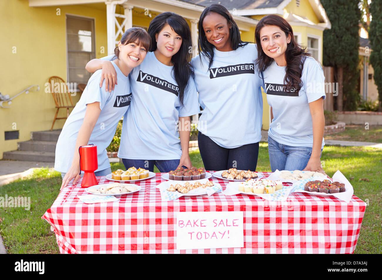 Squadra di donne in funzione della carità cuocere la vendita Immagini Stock