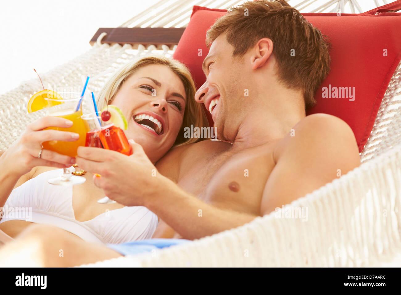 Coppia romantica rilassante in spiaggia amaca Immagini Stock