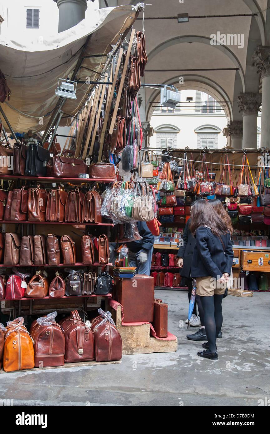 Femmina di turisti in cerca di borse in pelle nel Mercato Nuovo - Nuovo  Mercato  3a5a02de633