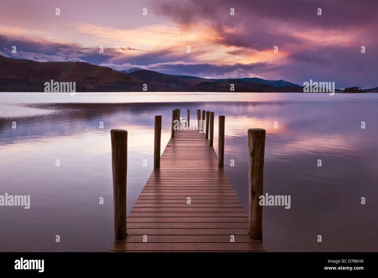 Traghetto fase di atterraggio sulla Derwent Water al tramonto Borrowdale Near Keswick Lake District Cumbria Inghilterra Immagini Stock