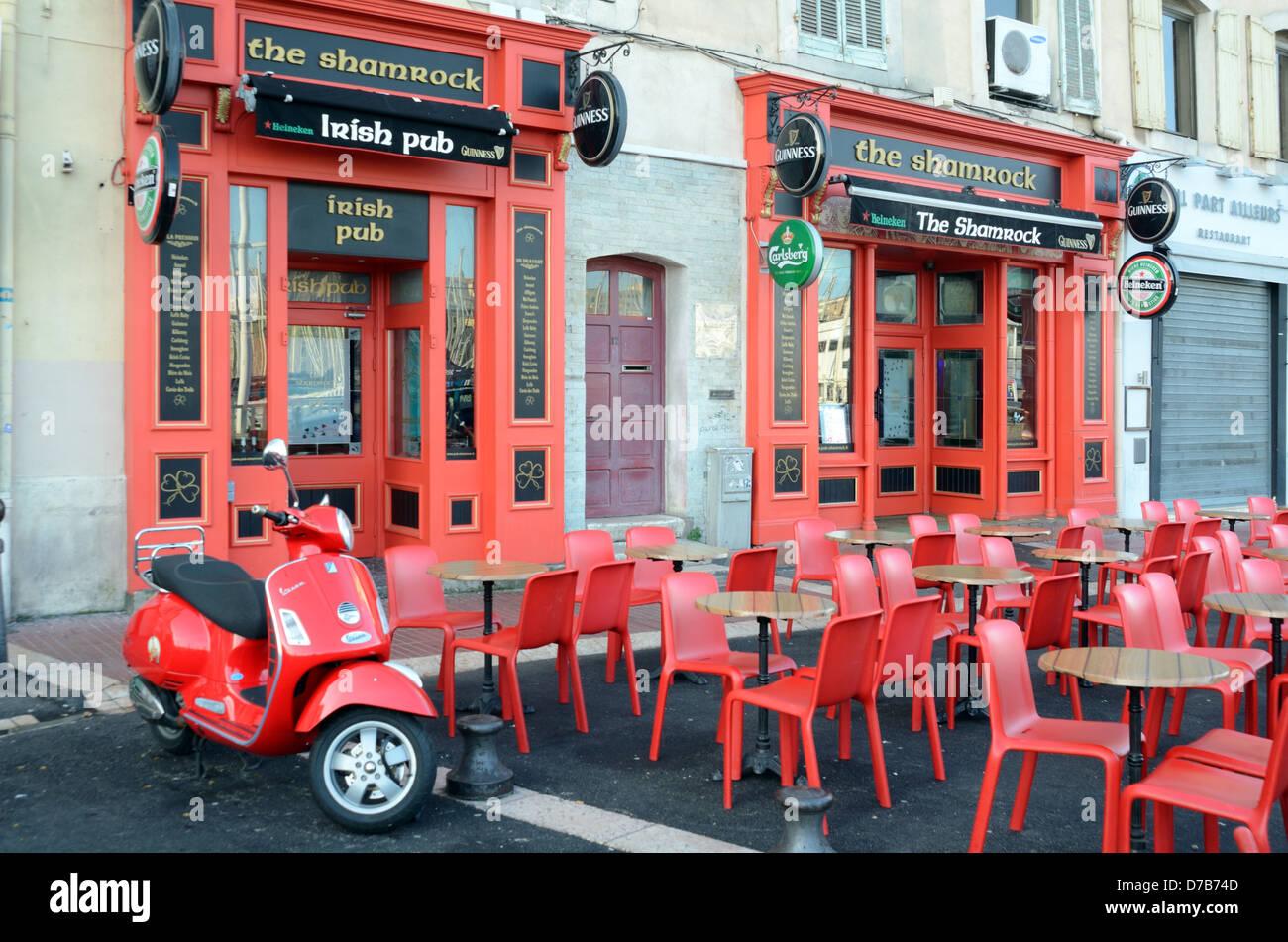 Tavoli E Sedie Heineken.Vuoto Marciapiede Cafe Presso Irish Pub O Bar Rosso Con Tavoli E