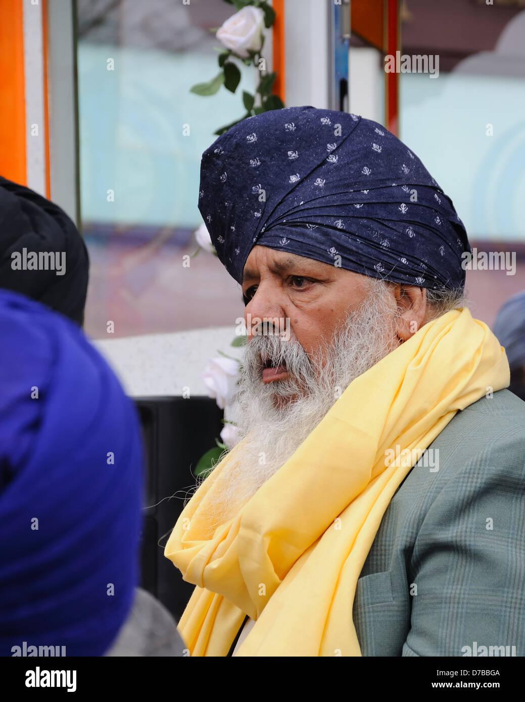 Un gentiluomo indiano con turbante di grandi dimensioni e una lunga barba grigia. Immagini Stock