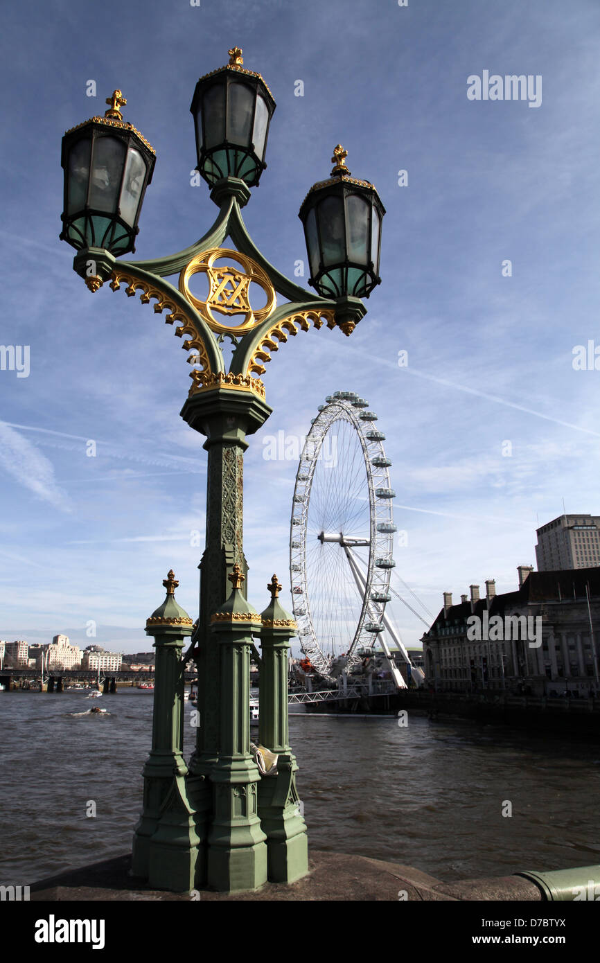 Tripla vittoriano via la luce sul Westminster Bridge con il London eye in background. Foto Stock