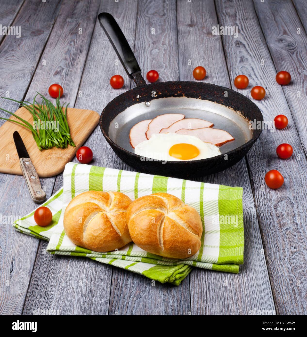 Uovo fritto e prosciutto prima colazione Immagini Stock