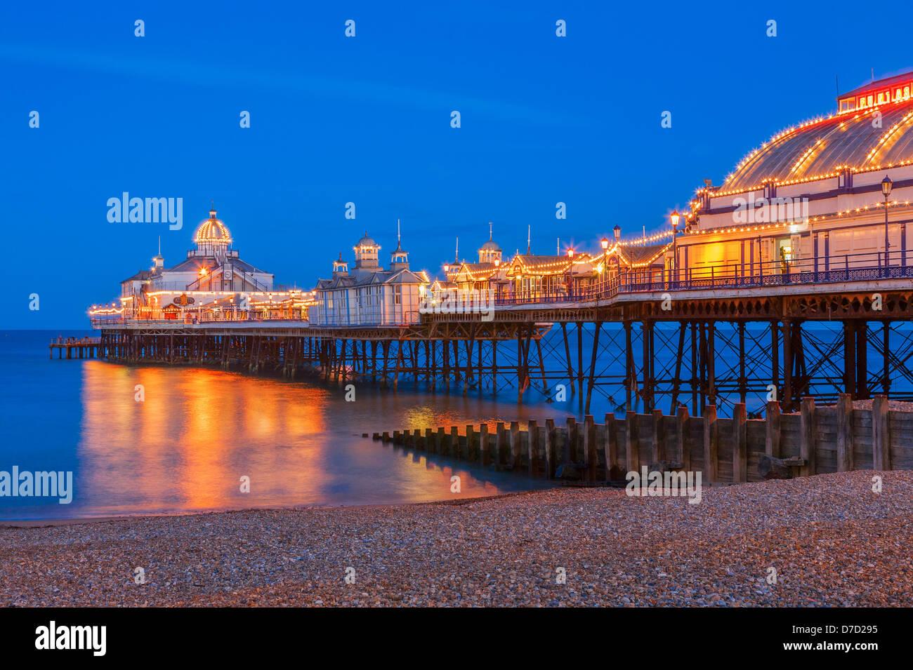 Eastbourne Pier accesa al crepuscolo Immagini Stock