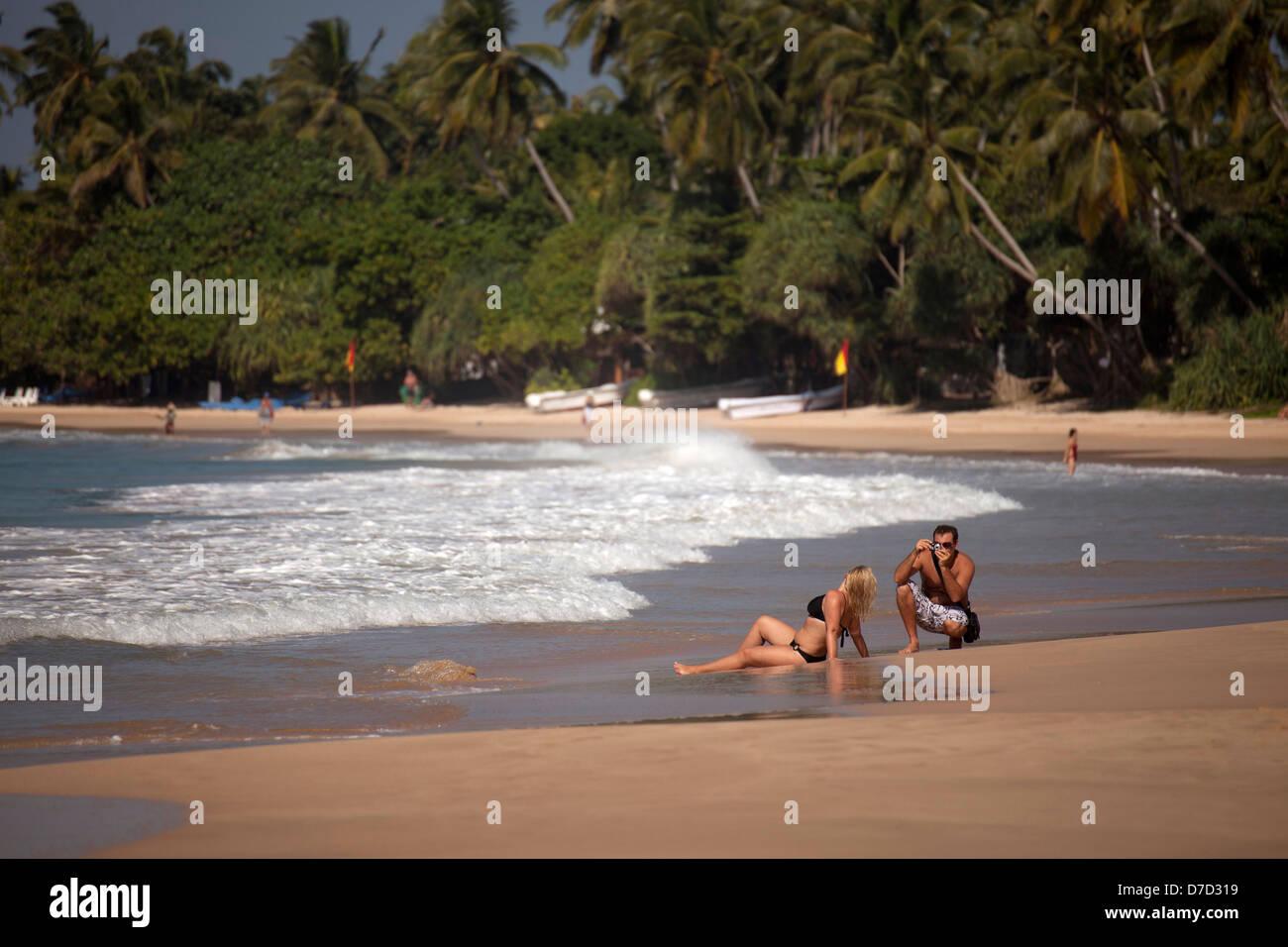 Giovane donna in posa per una foto in spiaggia in Mirissa, Sri Lanka Immagini Stock