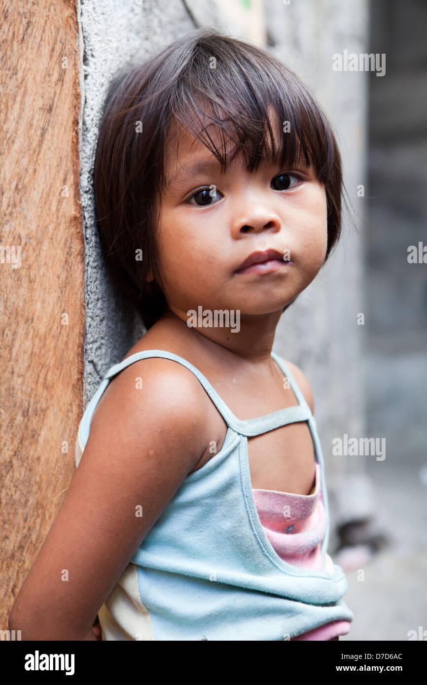 Adorabile ragazza giovane nelle Filippine che vivono in stato di povertà Immagini Stock