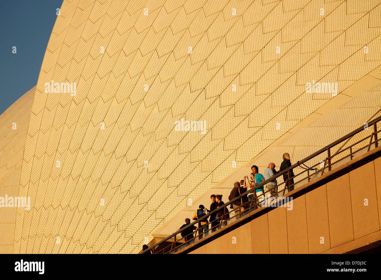 I turisti di fronte al gigantesco tetto della famosa opera di Sydney, Nuovo Galles del Sud, Australia Foto Stock