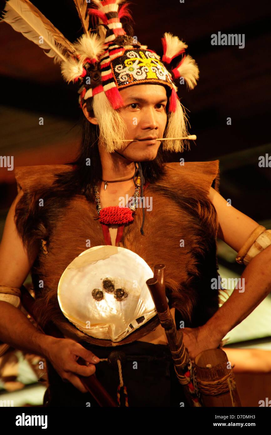 Iban guerriero con cannello, nel Sarawak Villaggio Culturale vicino a Kuching, Sarawak, Borneo, Malaysia, sud-est Immagini Stock