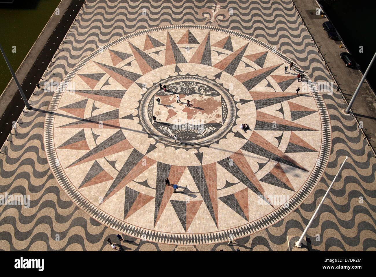 Mosaico gigante con rosa dei venti e la mappa del mondo presso il
