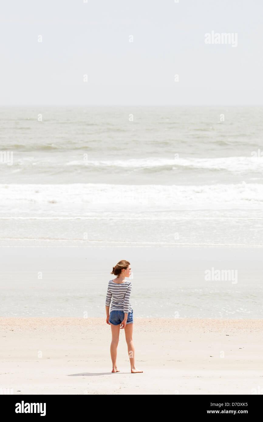 Ragazza guardando beach Immagini Stock