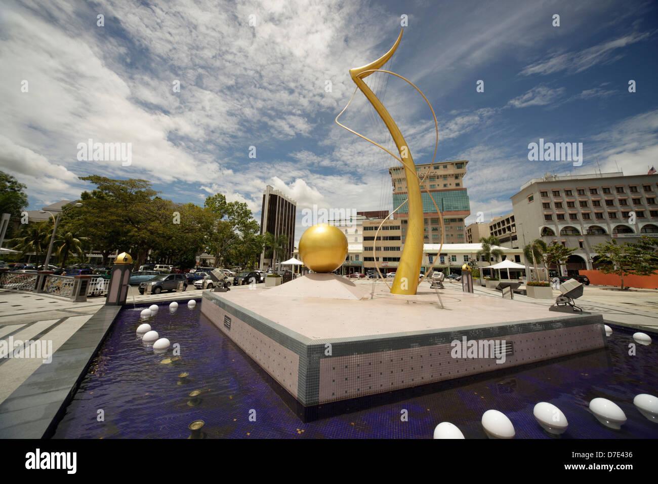 Un monumento sul fiume nella città capitale Bandar Seri Begawan, Brunei, Asia Immagini Stock