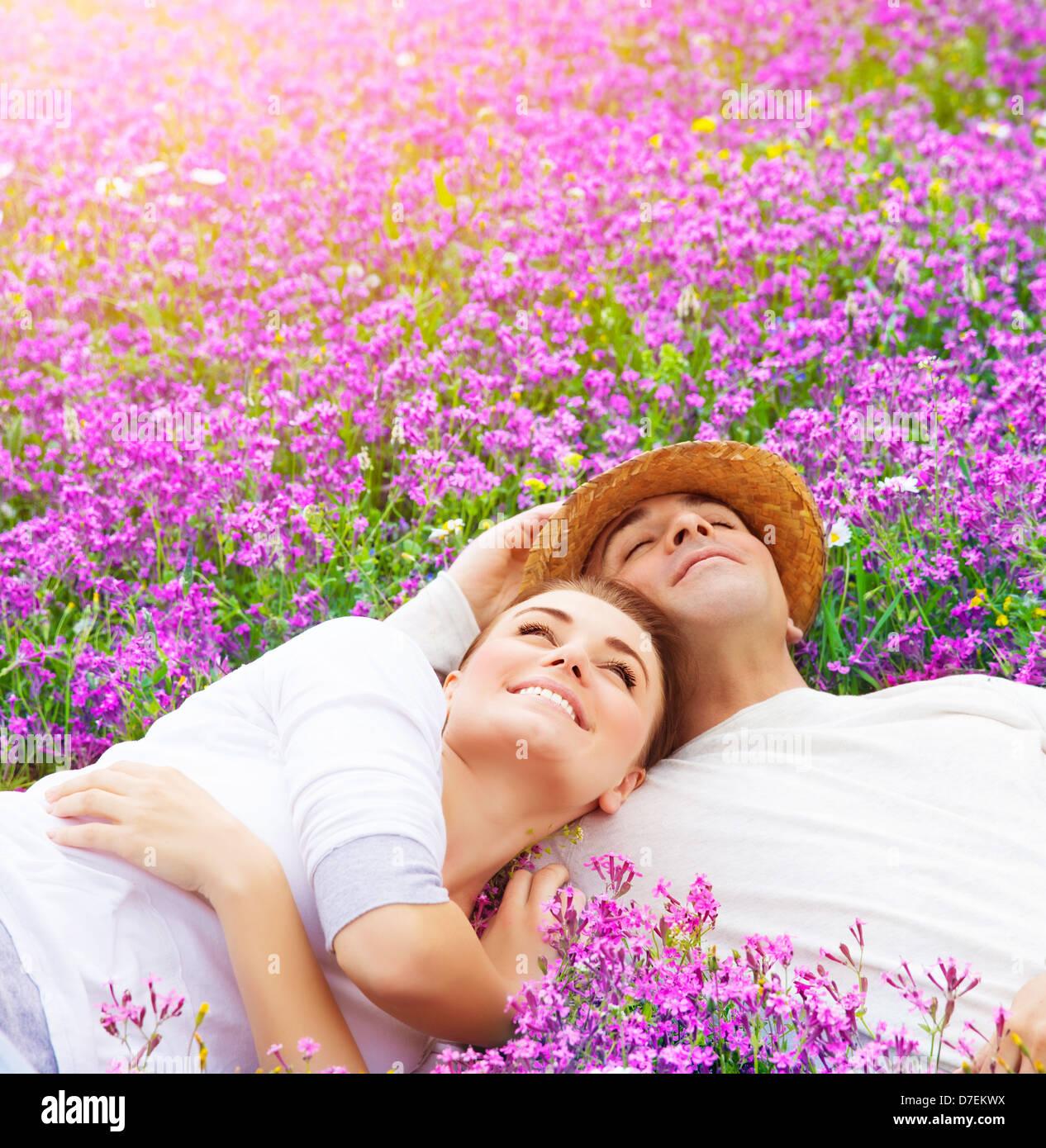 Uomo bello con donna attraente sdraiato sul nuovo campo di lavanda, godendo di ogni altro rapporto romantico, il Immagini Stock