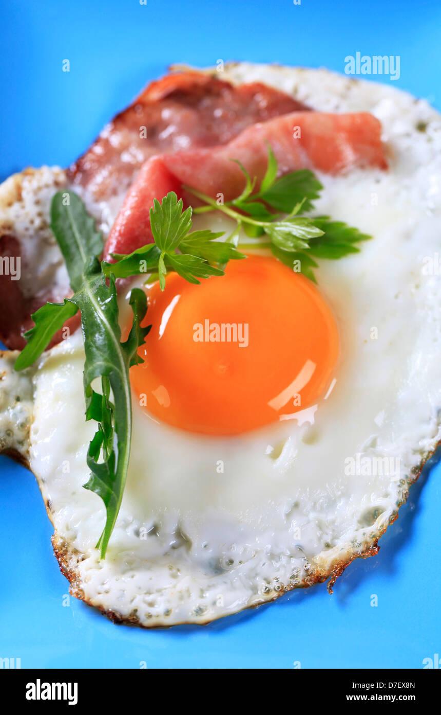 Uovo fritto e prosciutto su una piastra Immagini Stock