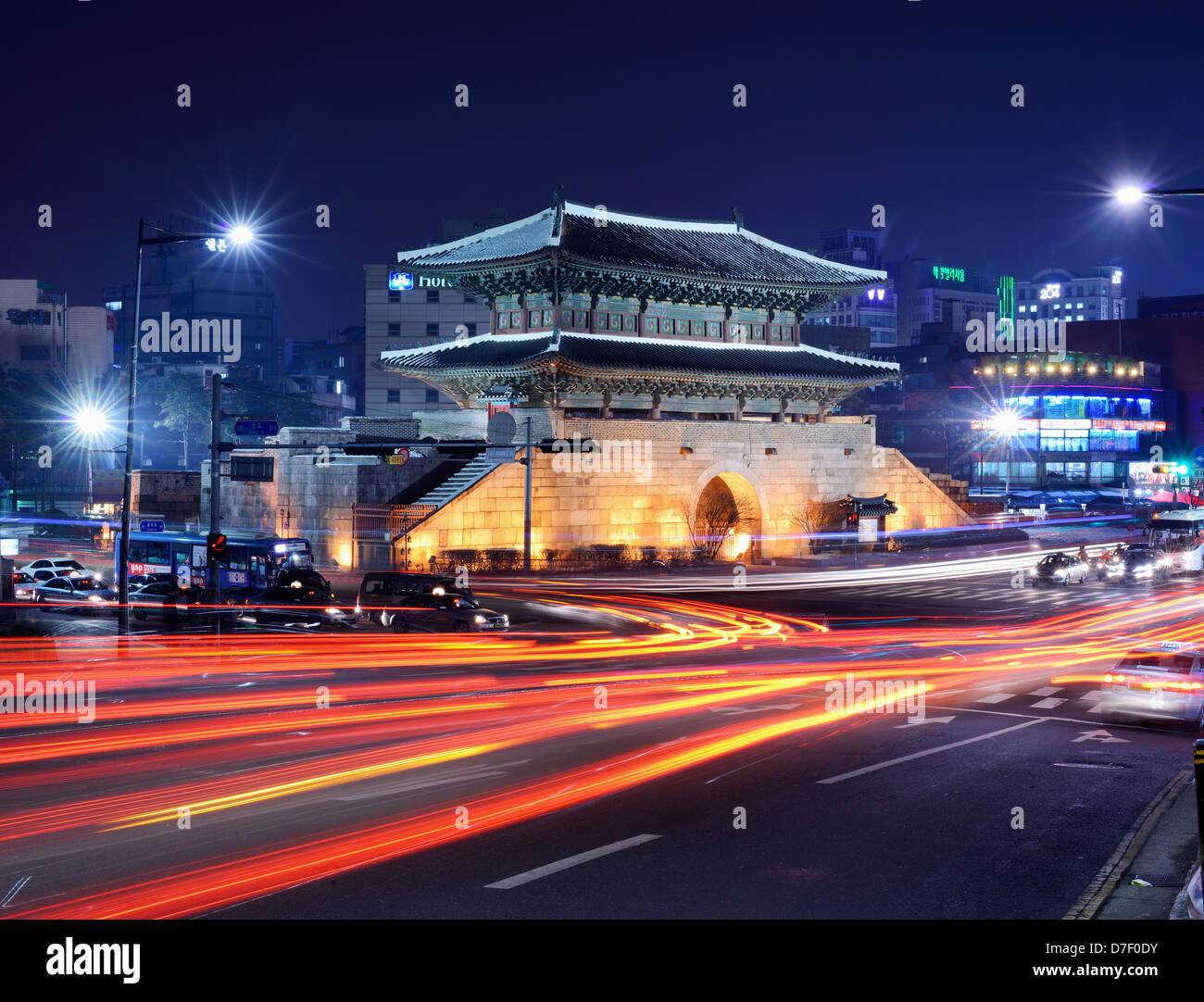 Porta di Dongdaemun e la città di Seoul, Corea del Sud. Immagini Stock
