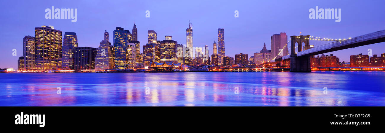 New York City Panorama presso il quartiere finanziario e il Ponte di Brooklyn Immagini Stock