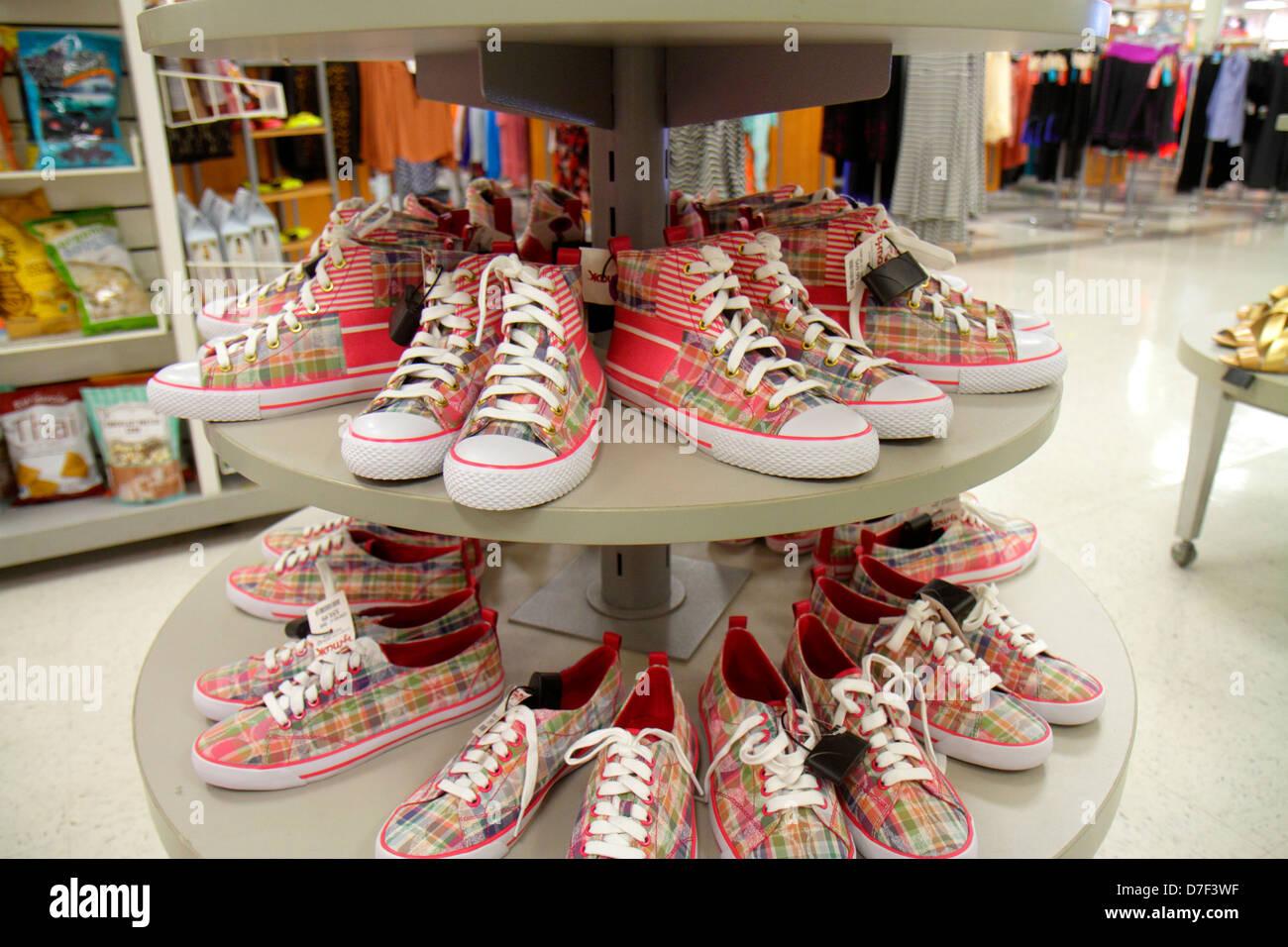 279b6e06f3eb5 Miami Florida TJ Maxx discount department store di donna sneakers scarpe  display retail per la vendita