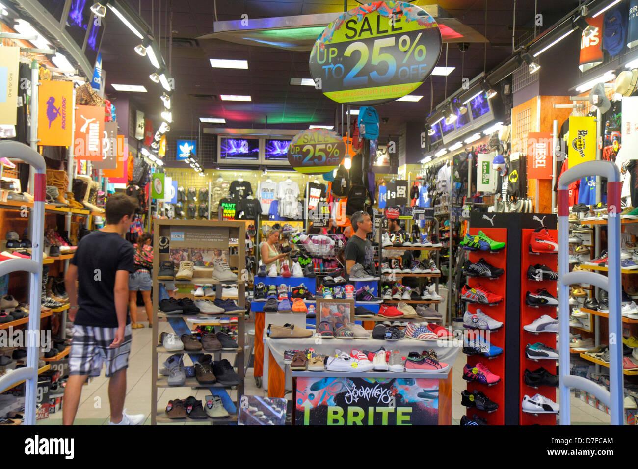 98d33a1ea7f6d Miami Beach Florida Lincoln Road Mall pedonale shopping scarpe da  ginnastica display retail per la vendita