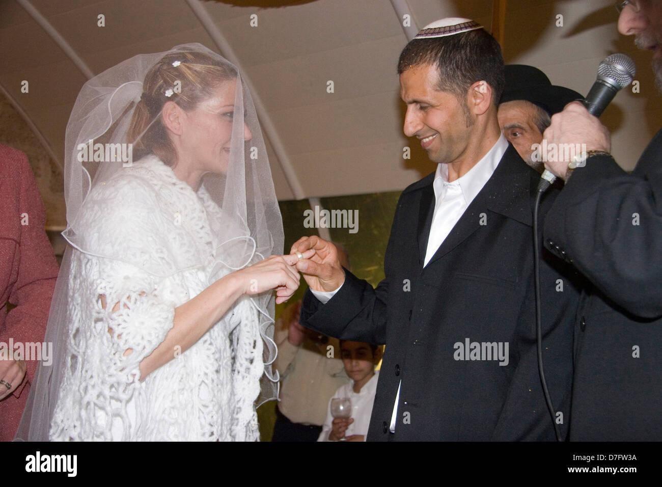 Lo scambio di anelli ad una cerimonia di nozze Immagini Stock