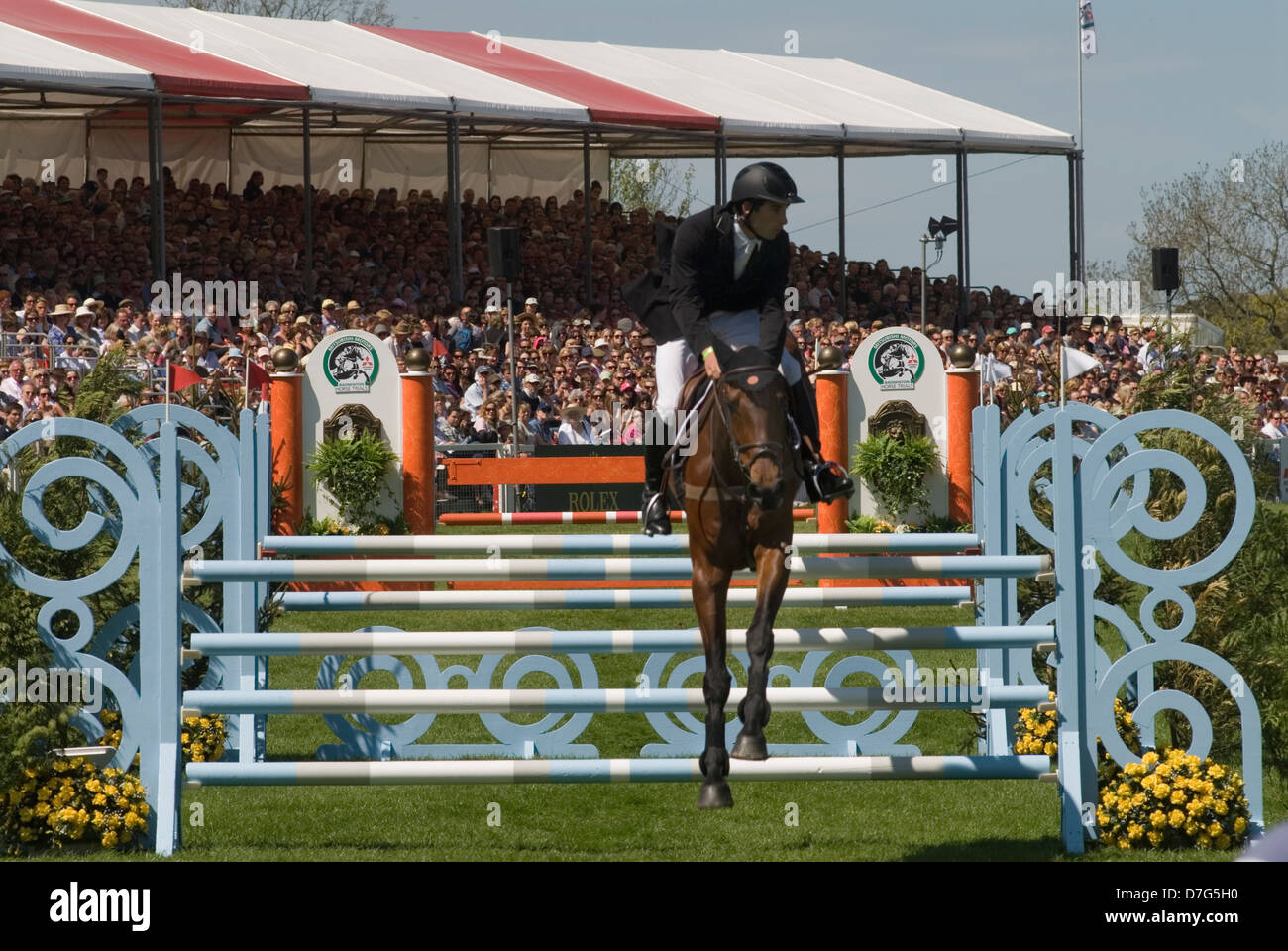 Badminton Horse Trials GLOUCESTERSHIRE REGNO UNITO. Speacators guardare lo show jumping nel main arena. Immagini Stock