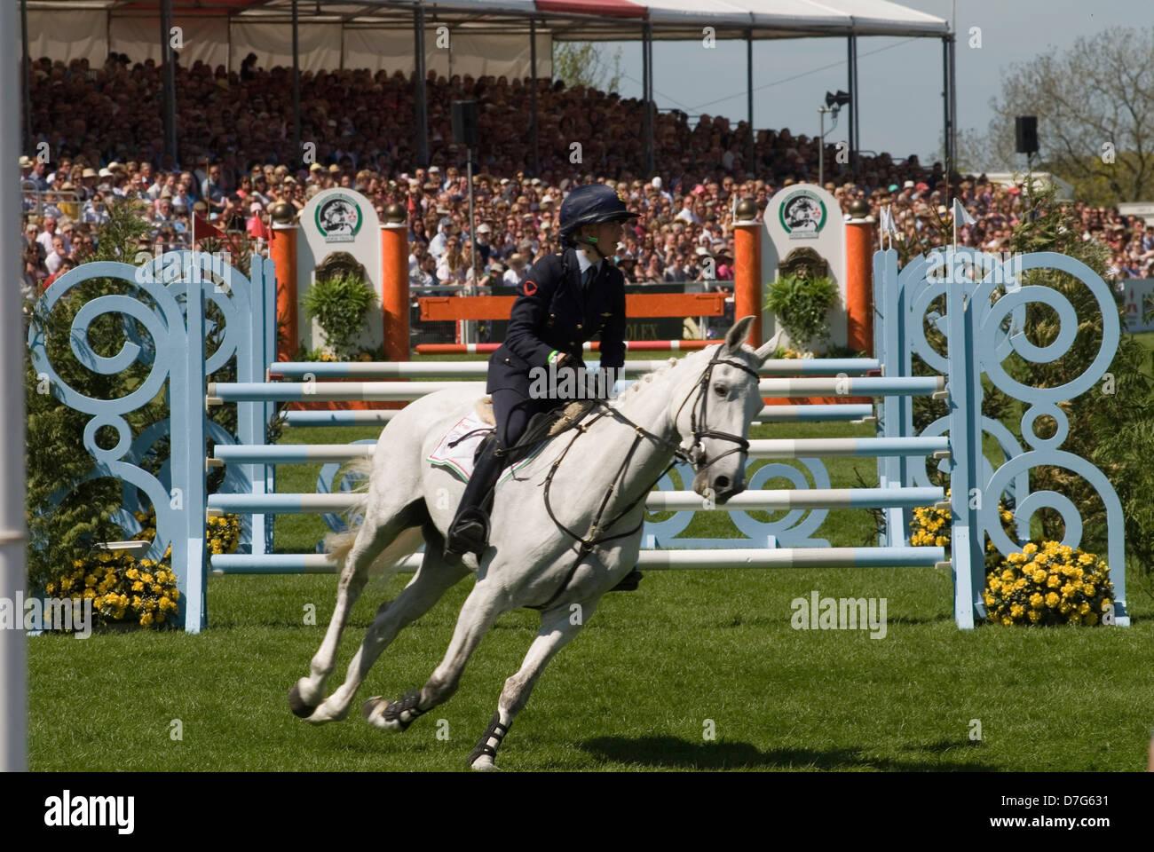 Badminton Horse Trials GLOUCESTERSHIRE REGNO UNITO. Spettatori assistere allo show jumping nel main arena. HOMER Immagini Stock