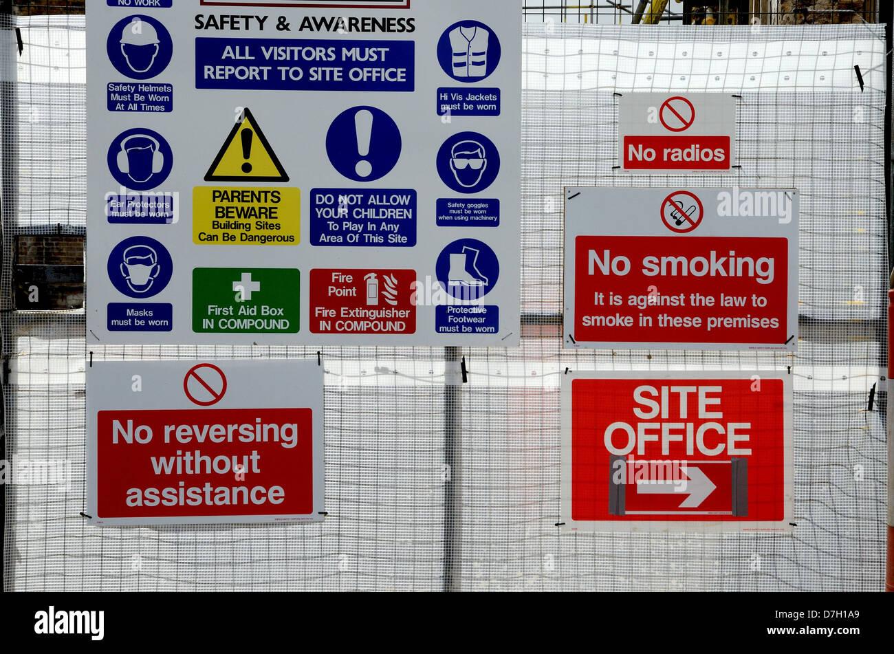 Una moltitudine di salute e sicurezza segnaletica di avvertimento sulla porta ad un sito di costruzione Immagini Stock