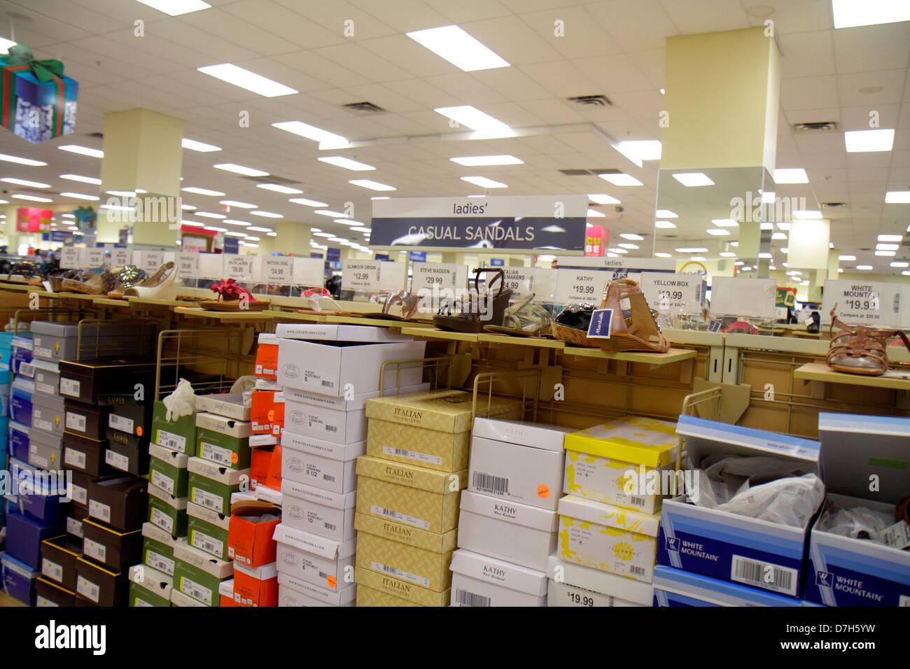 141621e7e15f4 Miami Florida shopping Marshall s discount department store scarpe donna  scatole display retail per la vendita Immagini