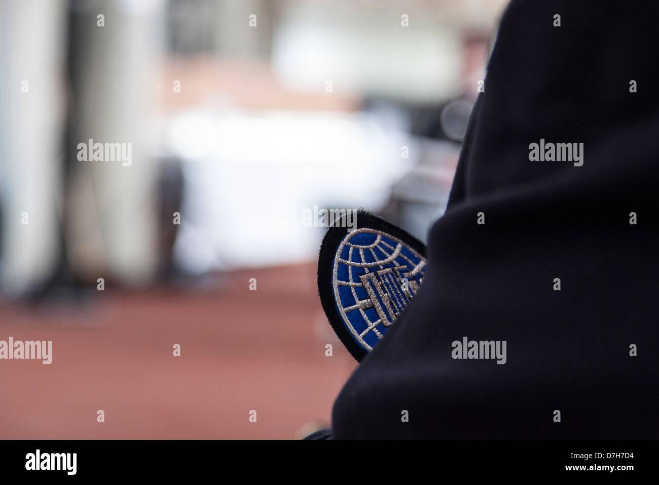 Sollevamento pesi internazionale ufficiale della federazione indossando IWF badge sulla tuta. Immagini Stock