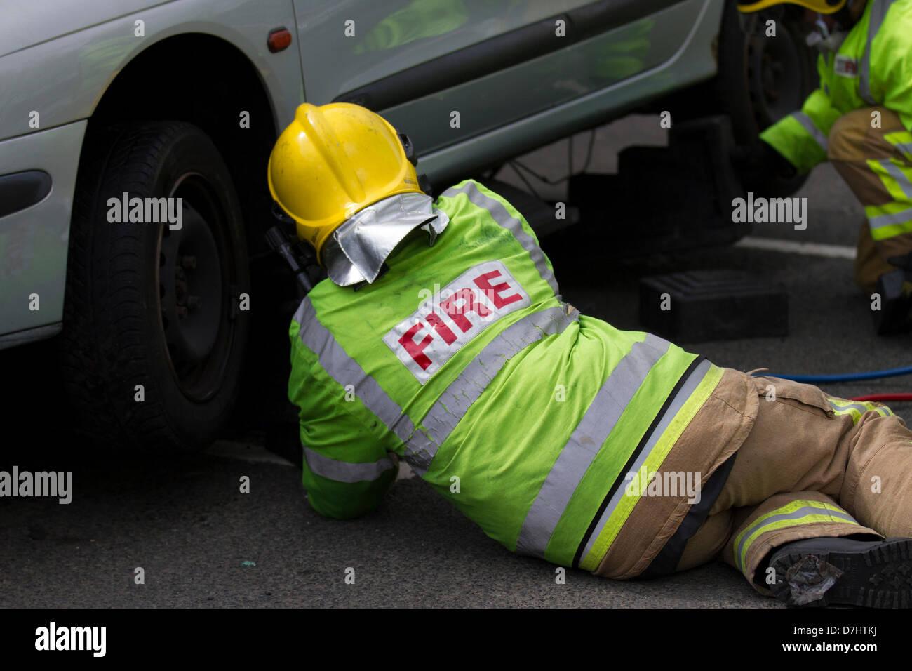 Formby, MERSEYSIDE REGNO UNITO 8 Maggio, 2013. La stabilizzazione della vettura. Una dimostrazione di soccorso durante Immagini Stock