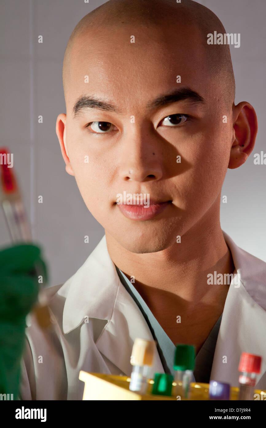 Ritratto di un tecnico di laboratorio di contenimento tubo di prova. Foto Stock
