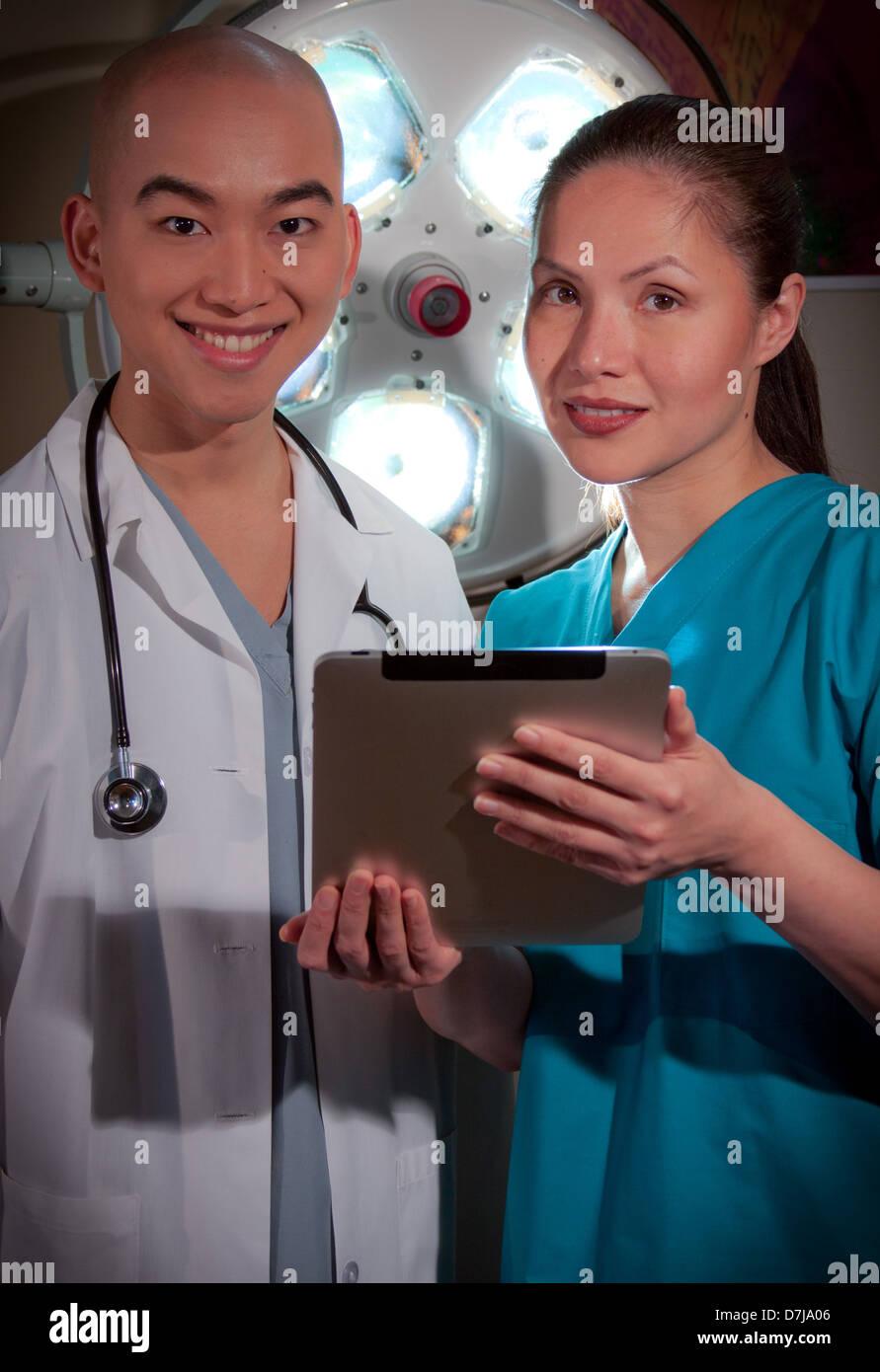 I professionisti della sanità con la compressa. Foto Stock
