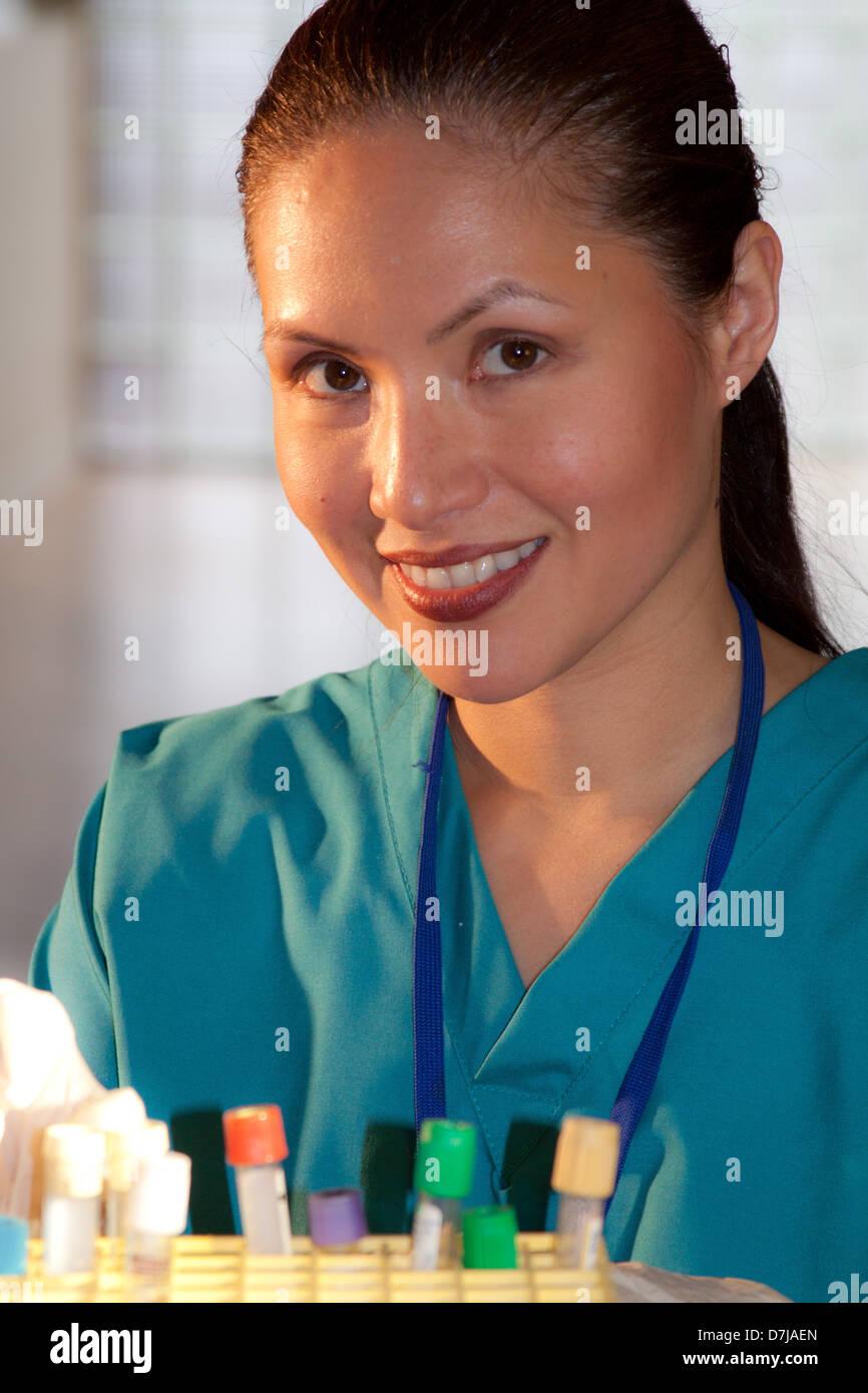 Ritratto di infermiere con rack per provette. Foto Stock